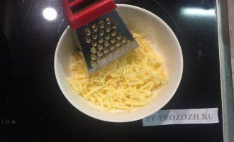 Шаг 5: Натрите сыр на крупной терке.