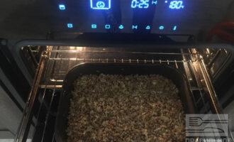 Шаг 7: Смешайте готовую гречку, лук, сыр и яйцо вместе и выложите в противень. Поставьте в заранее разогретую до 180 градусов духовку не более чем на 25 минут.