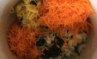 Шаг 2: Лук и грибы мелко нарежьте, морковь натрите на мелкой терке. Все уложите в удобную посуду. Добавьте яйца и нарезанную зелень петрушки.