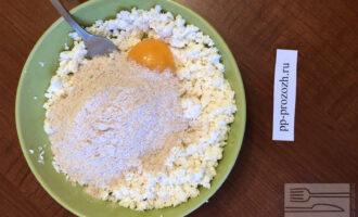 Шаг 3: Добавьте все остальные ингредиенты, замесите тесто.