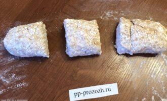 Шаг 4: Раскатайте тесто и поделите его на порции, у меня получилось 3 части.