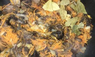 Шаг 3: Добавьте в зажарку нарезанные грибы и продолжайте готовить. Отварные замороженные грибы всегда дают немного воды, это нормально.