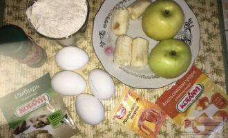 Шаг 2: Яблоки вымойте, а банан очистите от кожуры.