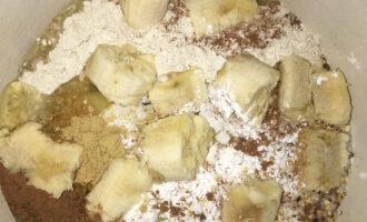 Шаг 3: Смешайте муку, банан, яйца, корицу, имбирь, цедру апельсина и разрыхлитель в удобной посуде.