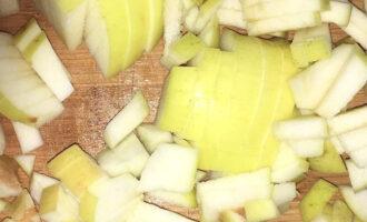 Шаг 5: Одно яблоко мелко нарежьте.
