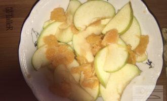 Шаг 7: Второе яблоко нарежьте дольками, оно будет украшением. Дольки мандарина измельчите чтобы они дали сок и положите к мандариновой кашице дольки яблок. Яблоки должны немного помариноваться в соке мандаринов.