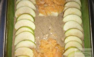 Шаг 8: В силиконовую форму, смазанную каплей оливкового масла, вылейте тесто и выложите сверху дольки яблока и мандариновое пюре. Выпекайте в духовке при температуре 180 градусов примерно на 30-40 минут, периодически проверяйте готовность.