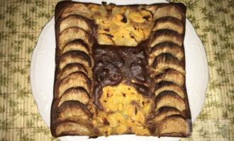 Шаг 9: Когда верх шарлотки становится коричневым, я выключаю верхний нагрев в духовке и оставляю только нижний.