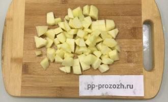 Шаг 4: Яблоко очистите от кожуры и сердцевины, нарежьте кубиками и добавьте в салат.