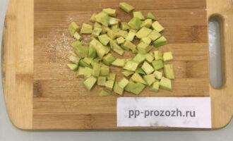Шаг 5: Авокадо очистите от кожуры, удалите косточку, нарежьте кубиками. Добавьте в салат с яблоком и киви.