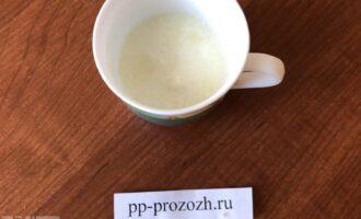 Шаг 2: Замочите желатин в 50 граммах молока на 10 минут. Затем подогрейте его на водяной бане, но не кипятите.