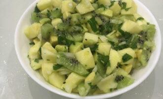 """Шаг 7: Перемешайте салат и дайте настояться 5 минут. Салат """"Витаминный"""" из киви и авокадо готов."""