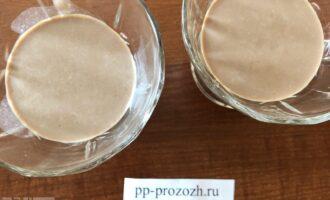 Шаг 8: Через 20-30 минут достаньте из морозилки и залейте второй слой. Отправьте его в морозилку на это же время, так же поступите с третьим слоем.