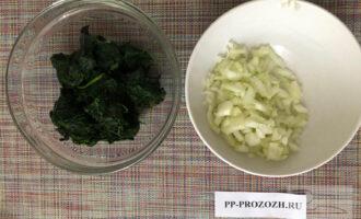 Шаг 2: Лук мелко нарежьте, шпинат разморозьте. Если вы любите чеснок, то его тоже нарежьте и добавьте к луку.