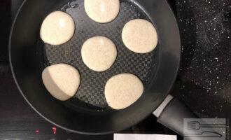 Шаг 3: Выливайте тесто на сковороду столовой ложкой и обжаривайте с двух сторон (вторую сторону под крышкой). Благодаря наличию масла в тесте, оладьи не будут прилипать и для жарки Вам понадобится совсем немного масла. На хорошей сковороде можно и вовсе обойтись без масла.