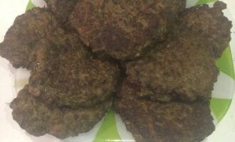 Шаг 9: Подавайте котлеты с зеленью, соусом или овощным гарниром.