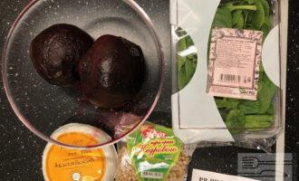 Шаг 1: Подготовьте ингредиенты: свеклу, шпинат, сыр, кедровые орешки. Свекла должна быть уже сварена (я предпочитаю запечённую в духовке). Ещё понадобиться соль, оливковое масло для заправки салата и немного лимонного сока.