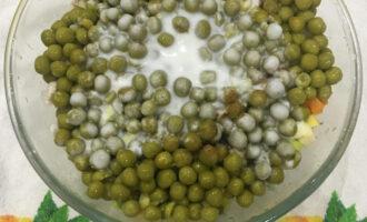 Шаг 8: С горошка слейте воду и добавьте в салатницу. Нарежьте зеленый лук, заправьте натуральным йогуртом, посолите и поперчите по вкусу.