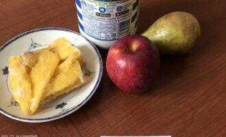 Шаг 1: Подготовьте ингредиенты: молоко, яблоко, грушу, манго (у меня замороженное).