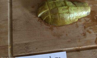 Шаг 3: Нарежьте грушу (с неё можно снять кожицу).