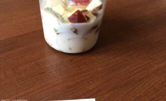 Шаг 6: Добавьте молоко и измельчите все блендером до однородности.