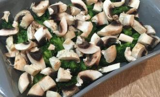 Шаг 2: Нарежьте грибы. Выложите в посуду для запекания брокколи и грибы.