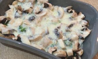 Шаг 4: Полученную смесь залейте в форму с овощами.