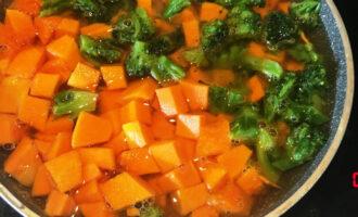 Шаг 6: Добавьте тыкву и брокколи в луку и моркови и залейте водой, чтобы вода покрыла овощи.