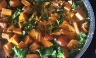 Шаг 7: Через 10 минут добавьте помидоры и готовьте, пока овощи не станут мягкими (около 30 минут).