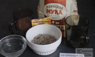Шаг 1: Подготовьте следующие ингредиенты: муку ржаную, сахар тростниковый, масло кокосовое, семечки, горячую воду, разрыхлитель.