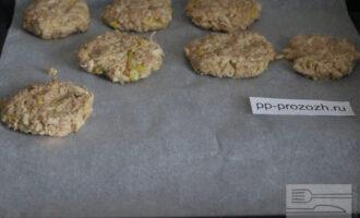 Шаг 5: Сформируйте печенье и выложите на противень. Отправьте в духовку на 15 минут. Выпекайте при температуре 200 градусов.