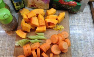 Шаг 2: Крупно нарежьте овощи.