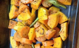Шаг 5: Смешайте овощи и специи и выложите  на противень.