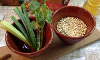 Шаг 1: Подготовьте ингредиенты. Зеленую гречку переберите, зелень промойте и просушите.