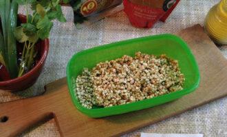 """Шаг 2: Промойте зеленую гречку до """"чистой"""" воды, иначе в готовом блюде будет неприятная слизь."""