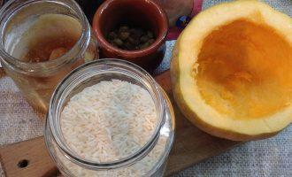 Шаг 1: Подготовьте ингредиенты. Очистите тыкву. Оставьте верх тыквы вместо крышки.  Переберите рис. Вымойте изюм.