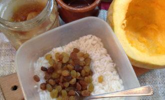 Шаг 3: Добавьте к рису изюм.