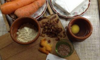 Шаг 1: Подготовьте ингредиенты. Муку просейте, отделите желтки от белков (понадобится 1 желток и 2 белка), срежьте цедру с апельсина.