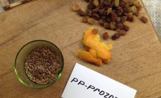 Шаг 2: Залейте льняное семя горячей водой (почти кипятком).