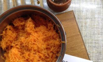 Шаг 4: Морковь полностью натрите, используйте для этого рецепта мелкую терку.