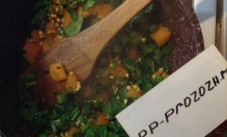 Шаг 7: Добавьте рубленый шпинат.