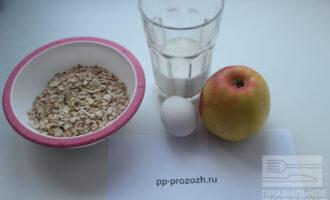 Шаг 1: Подготовьте ингредиенты: молоко, яйцо, яблоко. Овсяные хлопья замочите на 5-10 минут.
