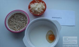Шаг 2: Молоко взбейте с яйцом, потрите  яблоко на терке в отдельную миску.