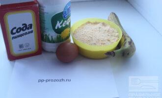 Шаг 1: Подготовьте продукты: кефир, яйцо, кукурузную муку (я измельчаю в кофемолке кукурузные хлопья), банан и соду.