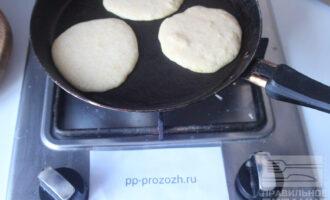Шаг 4: Разогрейте сковороду и выкладывайте смесь ложкой.