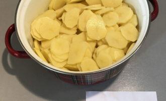 Шаг 2: Картофель нарежьте тонкими кружками (толщиной примерно 3-4 миллиметра).