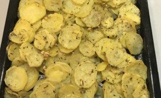 Шаг 6: Ароматный картофель готов, можно подавать к столу.