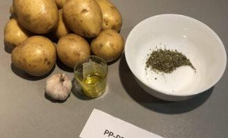 Шаг 1: Подготовьте необходимые ингредиенты: картофель, чеснок, оливковое масло, прованские травы, соль, перец черный молотый.