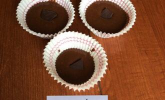 Шаг 4: Затем добавьте маленький кусочек горького шоколада. Можете пропустить этот шаг. Далее ставьте фондан запекаться в духовку на 10-15 минут, проверяйте готовность, чтобы не передержать его.