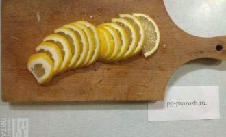 Шаг 3: Лимон нарежьте полукольцами.